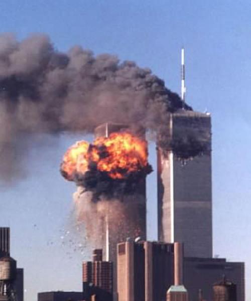 Le Torri gemelle del World Trade Center colpite dai due aerei dirottati l'11 settembre 2001.